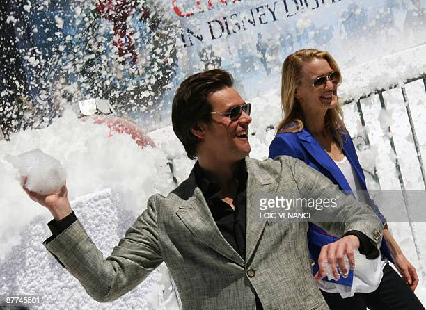 US actors Jim Carrey and Robin Wright Penn play with snow in front of the Carlton palace during the promotion of the movie 'A Christmas Carol'...
