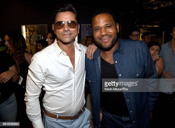 actors-john-stamos-and-anthony-anderson-attend-the-teen-choice-awards-picture-id584906660