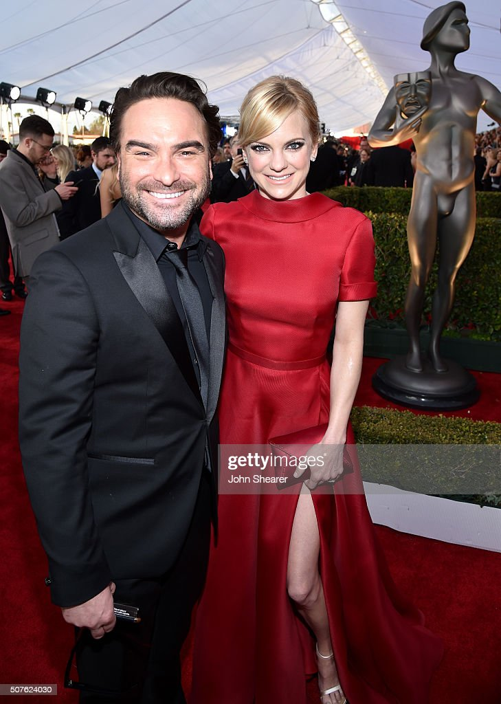 Actors Johnny Galecki and Anna Faris attend the 22nd Annual Screen Actors Guild Awards at The Shrine Auditorium on January 30, 2016 in Los Angeles, California.
