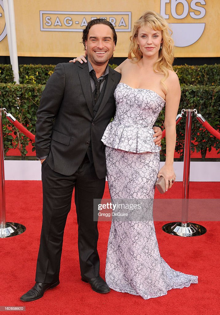 Actors Johnny Galecki and Kelli Garner arrive at the 19th Annual Screen Actors Guild Awards at The Shrine Auditorium on January 27, 2013 in Los Angeles, California.