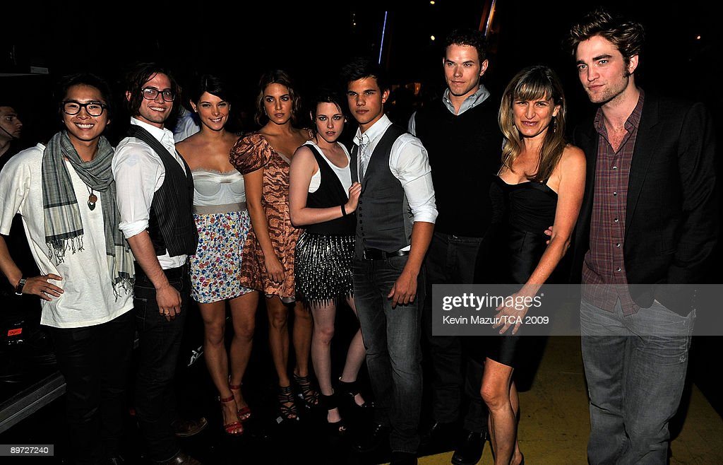 Actors Justin Chon, Jackson Rathbone, Ashley Greene, Nikki Reed, Kristen Stewart, Taylor Lautner, Kellan Lutz, director Catherine Hardwicke, actor Robert Pattinson during the Teen Choice Awards 2009 held at the Gibson Amphitheatre on August 9, 2009 in Universal City, California.