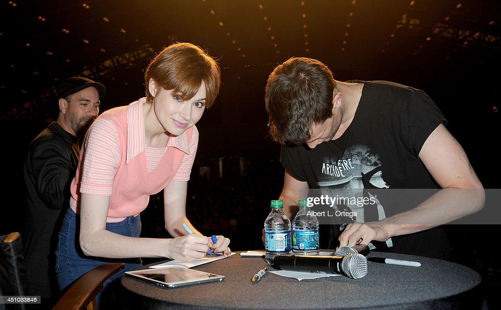 Actors <a gi-track='captionPersonalityLinkClicked' href=/galleries/search?phrase=Karen+Gillan&family=editorial&specificpeople=6876471 ng-click='$event.stopPropagation()'>Karen Gillan</a> and Matt Smith of Dr. Who attend Wizard World Philadelphia Comic Con 2014 Day 3 held at Pennsylvania Convention Center on June 21, 2014 in Philadelphia, Pennsylvania.