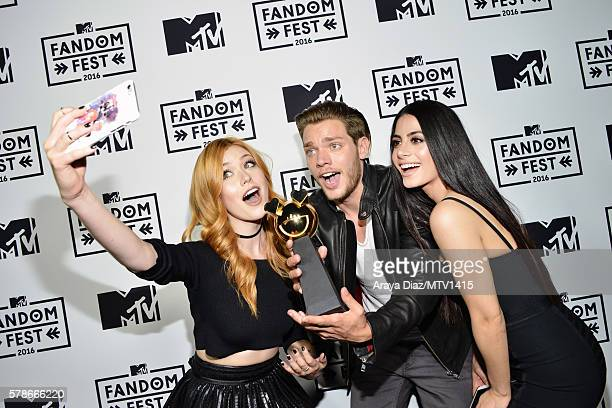 Actors Katherine McNamara Dominic Sherwood and Emeraude Toubia take a selfie with award for Best New Fandom of the Year at the MTV Fandom Awards San...