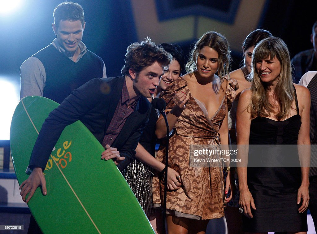 Actors Kellan Lutz, Robert Pattinson, Kristen Stewart, Nikki Reed, Ashley Greene, and Director Catherine Hardwicke accept the Twilight Award onstage during the 2009 Teen Choice Awards held at the Gibson Amphitheatre on August 9, 2009 in Universal City, California.