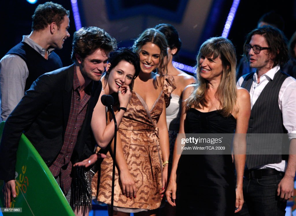 Actors Kellan Lutz, Robert Pattinson, Kristen Stewart, Nikki Reed, Catherine Hardwicke, Ashley Greene and Jackson Rathbone accept the Twilight Award onstage during the 2009 Teen Choice Awards held at Gibson Amphitheatre on August 9, 2009 in Universal City, California.
