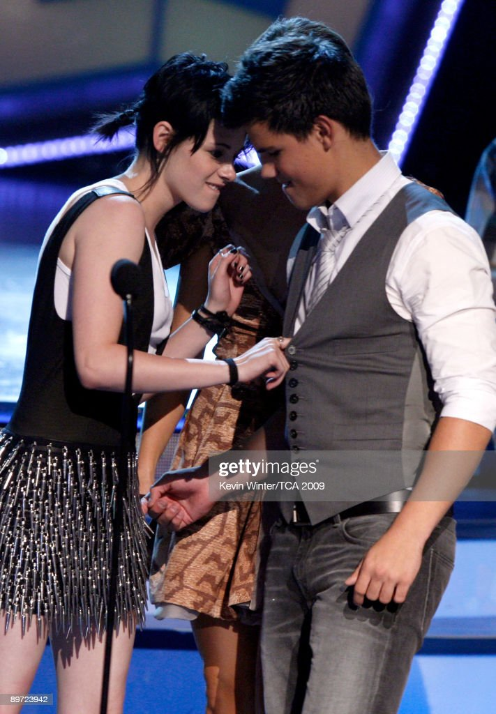 Actors <a gi-track='captionPersonalityLinkClicked' href=/galleries/search?phrase=Kristen+Stewart&family=editorial&specificpeople=2166264 ng-click='$event.stopPropagation()'>Kristen Stewart</a> (L) and Taylor Lautner accept the Twilight Award onstage during the 2009 Teen Choice Awards held at Gibson Amphitheatre on August 9, 2009 in Universal City, California.