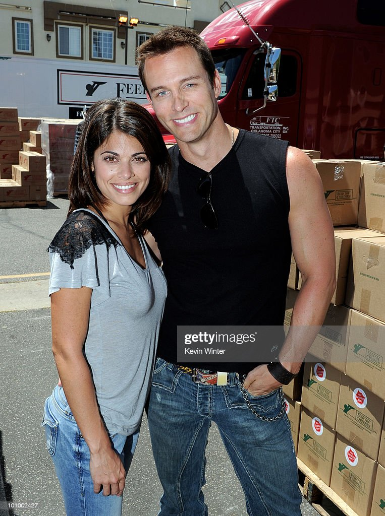 Actors Lindsay Hartley (L) and <a gi-track='captionPersonalityLinkClicked' href=/galleries/search?phrase=Eric+Martsolf&family=editorial&specificpeople=675242 ng-click='$event.stopPropagation()'>Eric Martsolf</a> help distribute food at the 37th Annual Daytime Emmy Awards' 'Daytime Gives Back' at the Salvation Army on May, 26, 2010 in Van Nuys, California.