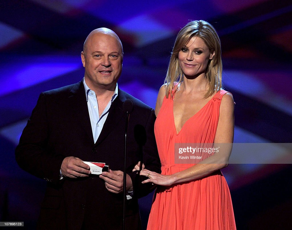 Actors Michael Chiklis and Julie Bowen speak onstage during the 2011 People's Choice Awards at Nokia Theatre LA Live on January 5 2011 in Los Angeles...