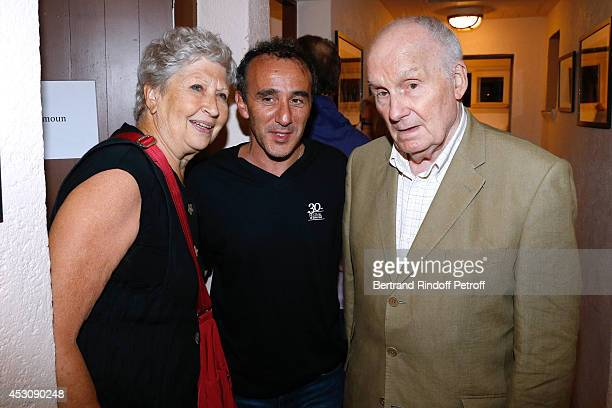 Actors Michel Bouquet with his wife Juliette Carre and Elie Semoun pose after 'Le placard' play at the 30th Ramatuelle Festival Day 2 on August 2...