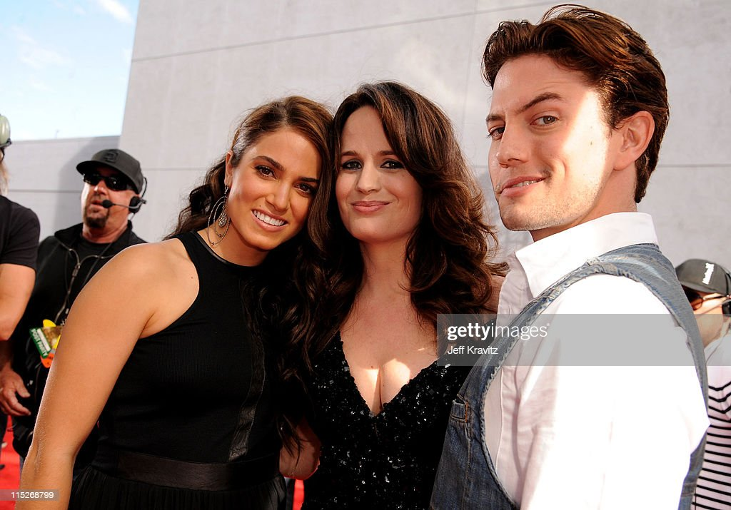 Actors <a gi-track='captionPersonalityLinkClicked' href=/galleries/search?phrase=Nikki+Reed&family=editorial&specificpeople=220844 ng-click='$event.stopPropagation()'>Nikki Reed</a>, <a gi-track='captionPersonalityLinkClicked' href=/galleries/search?phrase=Elizabeth+Reaser&family=editorial&specificpeople=550324 ng-click='$event.stopPropagation()'>Elizabeth Reaser</a> and <a gi-track='captionPersonalityLinkClicked' href=/galleries/search?phrase=Jackson+Rathbone&family=editorial&specificpeople=4070053 ng-click='$event.stopPropagation()'>Jackson Rathbone</a> arrive at the 2011 MTV Movie Awards at Universal Studios' Gibson Amphitheatre on June 5, 2011 in Universal City, California.