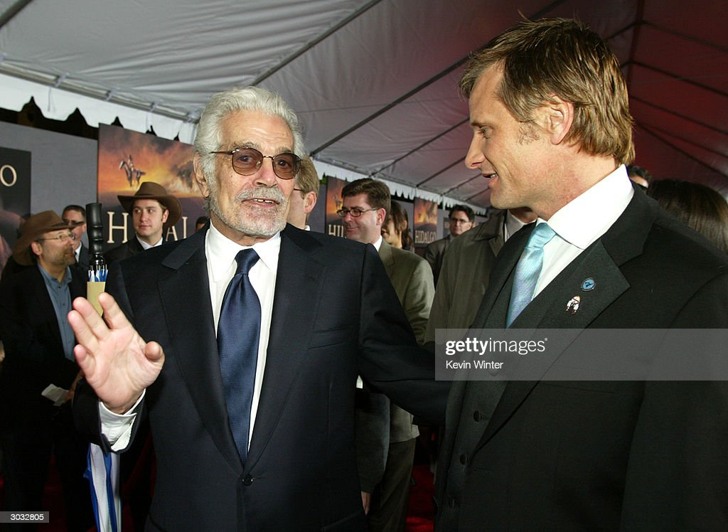 Actors Omar Sharif (L) and Viggo Mortensen (R) arrive at the premiere of Touchstone's 'Hildago' at the El Capitan Theatre on March 1, 2004 in Los Angeles, California.