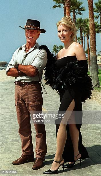 Actors Paul Hogan and Linda Kozlowski pose for photographers on the set of the film 'Crocodile Dundee in LA' during 20 September 2000 filming in...