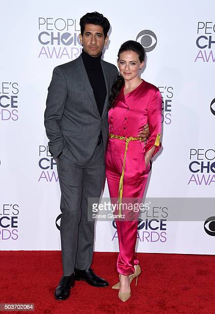 Actors Raza Jaffrey and Lara Pulver attend the People's Choice Awards 2016 at Microsoft Theater on January 6 2016 in Los Angeles California
