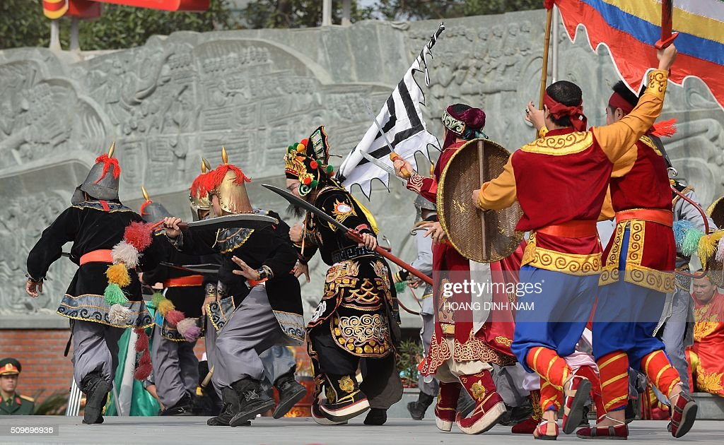 Actors re-enact a scene showing Chinese Qing dinasty's troop (L) invading Vietnam during a ceremony marking the 227th anniversary of the Vietnam's Dong Da-Ngoc Hoi victory over China's Qing dynasty's troops in 1789 at a memorial monument to Vietnamese King Quang Trung (1788-1792), winner of the war, in Hanoi on February 12, 2016. AFP PHOTO / HOANG DINH Nam / AFP / HOANG DINH NAM