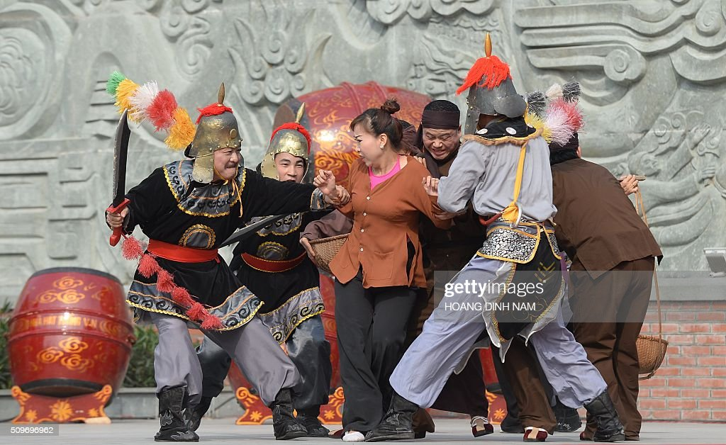Actors re-enact a scene showing Chinese Qing dinasty's troop invading Vietnam during a ceremony marking the 227th anniversary of the Vietnam's Dong Da-Ngoc Hoi victory over China's Qing dynasty's troops in 1789 at a memorial monument to Vietnamese King Quang Trung (1788-1792), winner of the war, in Hanoi on February 12, 2016. AFP PHOTO / HOANG DINH Nam / AFP / HOANG DINH NAM