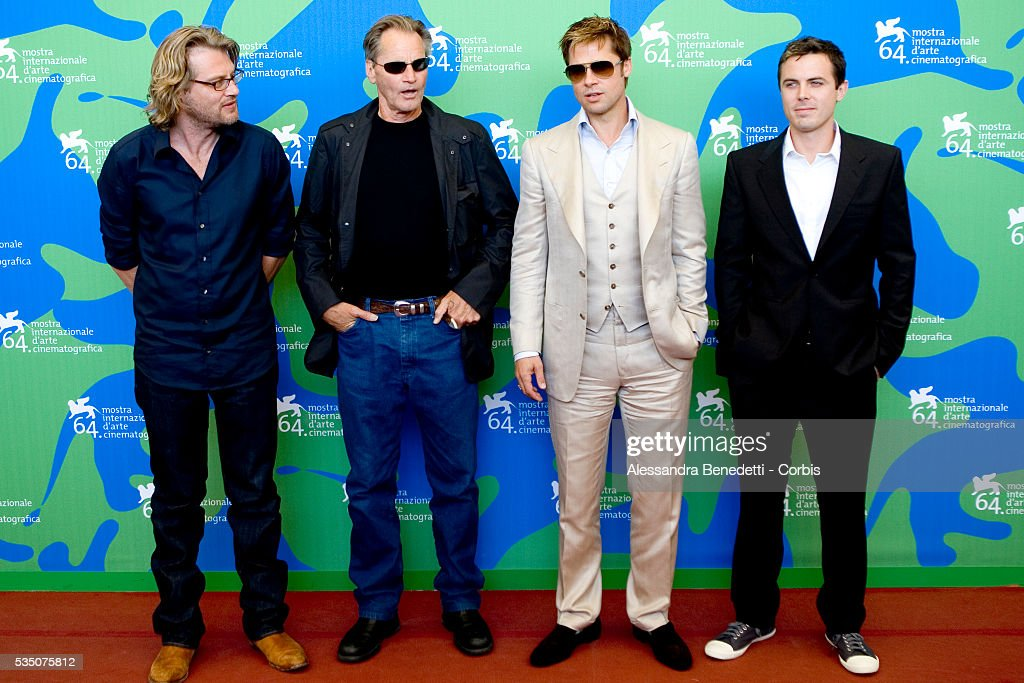 ¿Cuánto mide Casey Affleck? - Altura - Real height Actors-sam-shepard-brad-pitt-and-casey-affleck-at-the-photocall-of-picture-id535075812