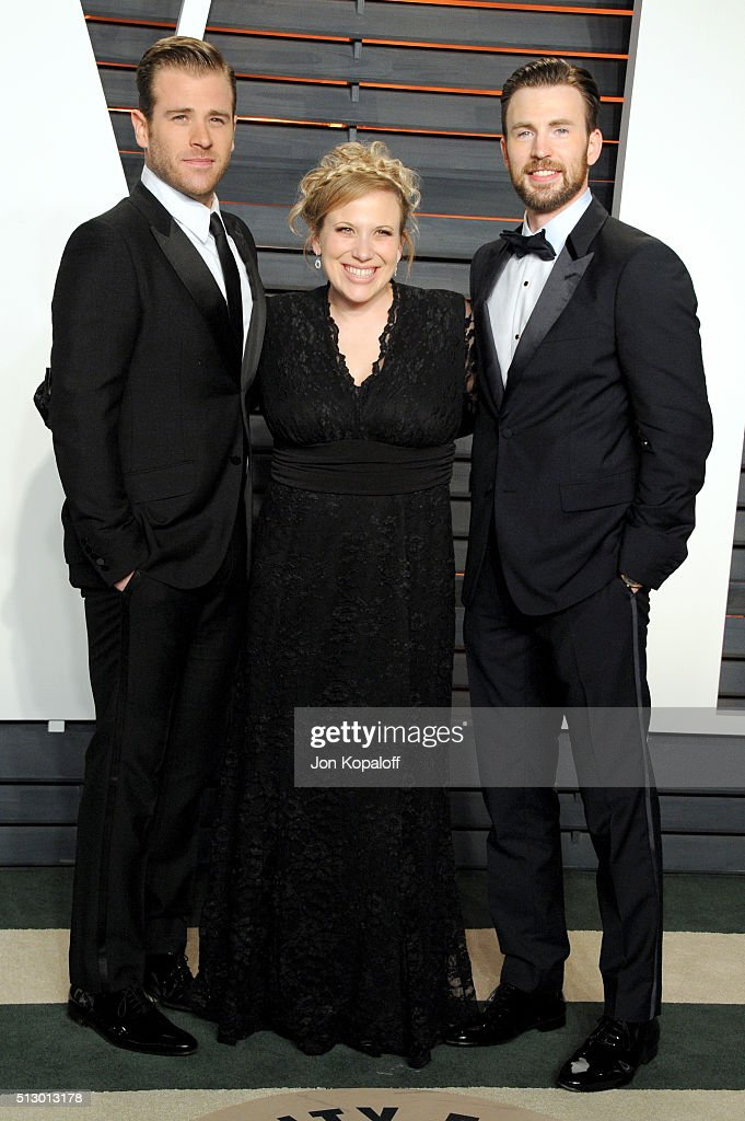 Actors Scott Evans Carly Evans and Chris Evans attend the 2016 Vanity Fair Oscar Party hosted By Graydon Carter at Wallis Annenberg Center for the...
