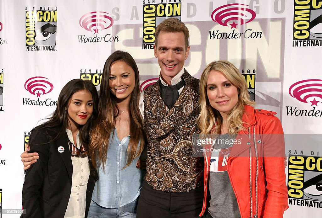 Actors Seychelle Gabriel Moon Bloodgood Doug Jones and Sarah Carter attend the 'Falling Skies' 2014 TNT Wondercon Panel at the Anaheim Convention...