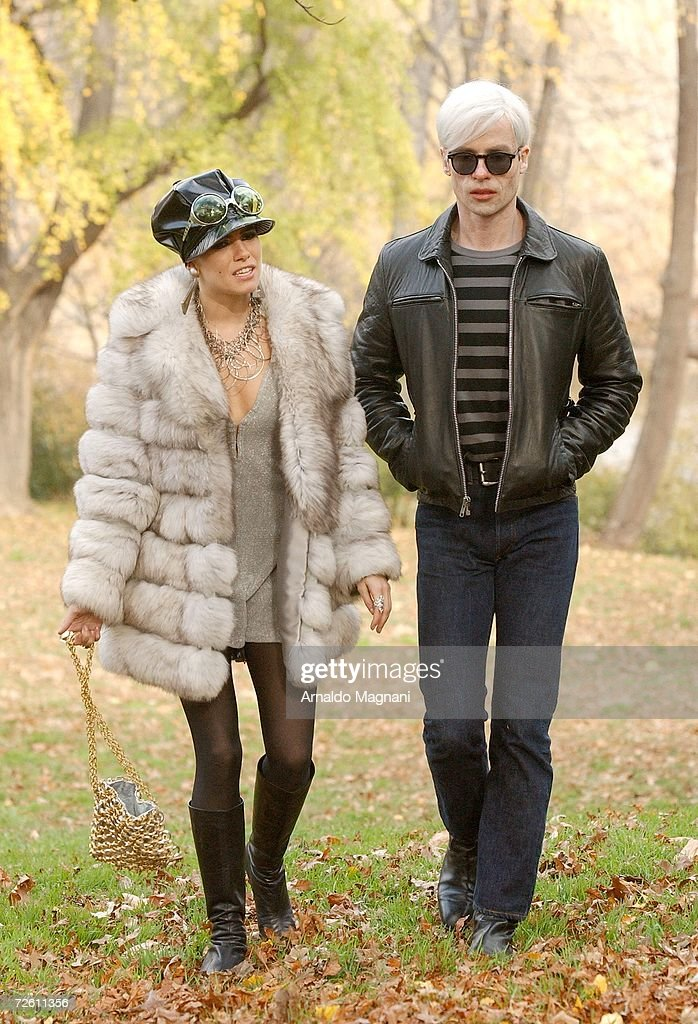Actors Sienna Miller (L) and Guy Pearce on location in Central Park while filming ''Factory Girl'' on November 20, 2006 in New York City.