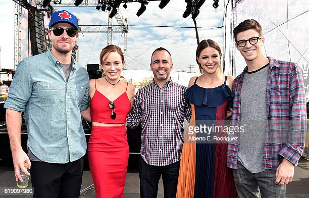 Actors Stephen Amell Caity Lotz EW editorinchief Henry Goldblatt actors Melissa Benoist and Grant Gustin pose at Entertainment Weekly's PopFest at...