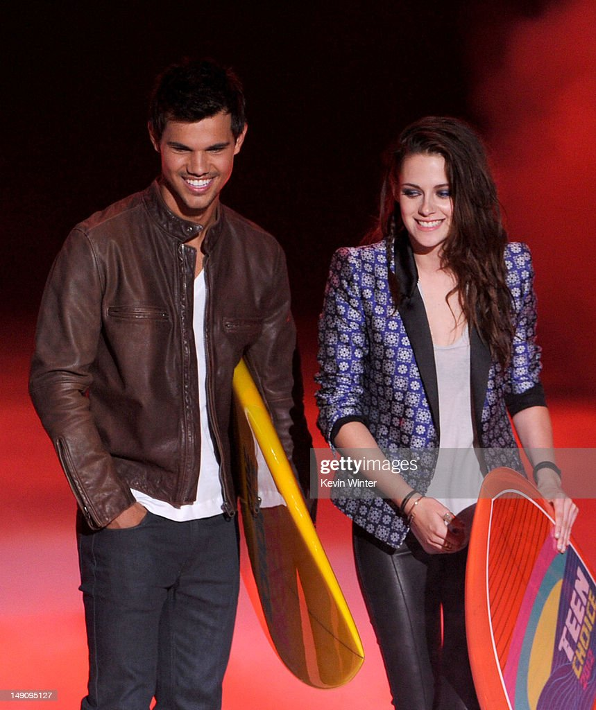 Actors Taylor Lautner (L) and Kristen Stewart accept the Ultimate Choice award onstage during the 2012 Teen Choice Awards at Gibson Amphitheatre on July 22, 2012 in Universal City, California.