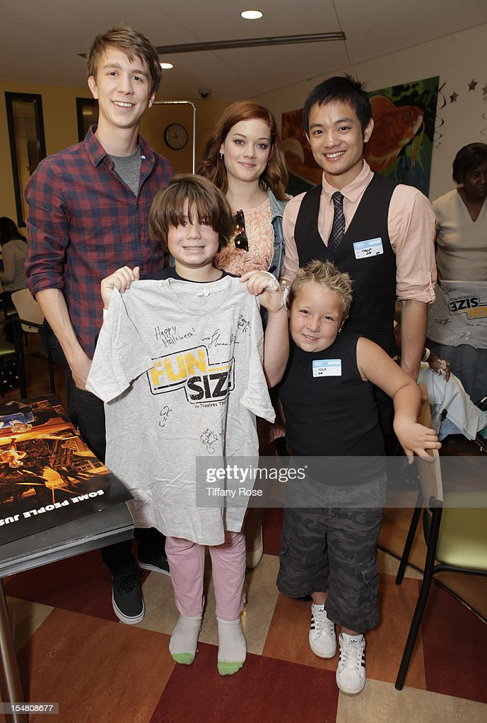 Actors Thomas Mann Jane Levy Osric Chau and Jackson Nicoll pose with a patient at 'Fun Size' Special Screening At Children's Hospital Los Angeles at...