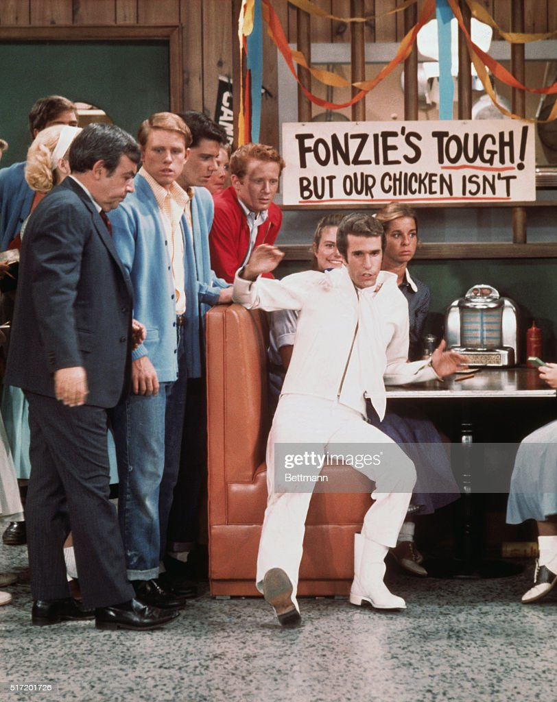 Actors Tom Bosley Ron Howard Anson Williams Donny Most and Henry Winkler at Arnold's Diner in a scene from the TV series Happy Days which ran from...