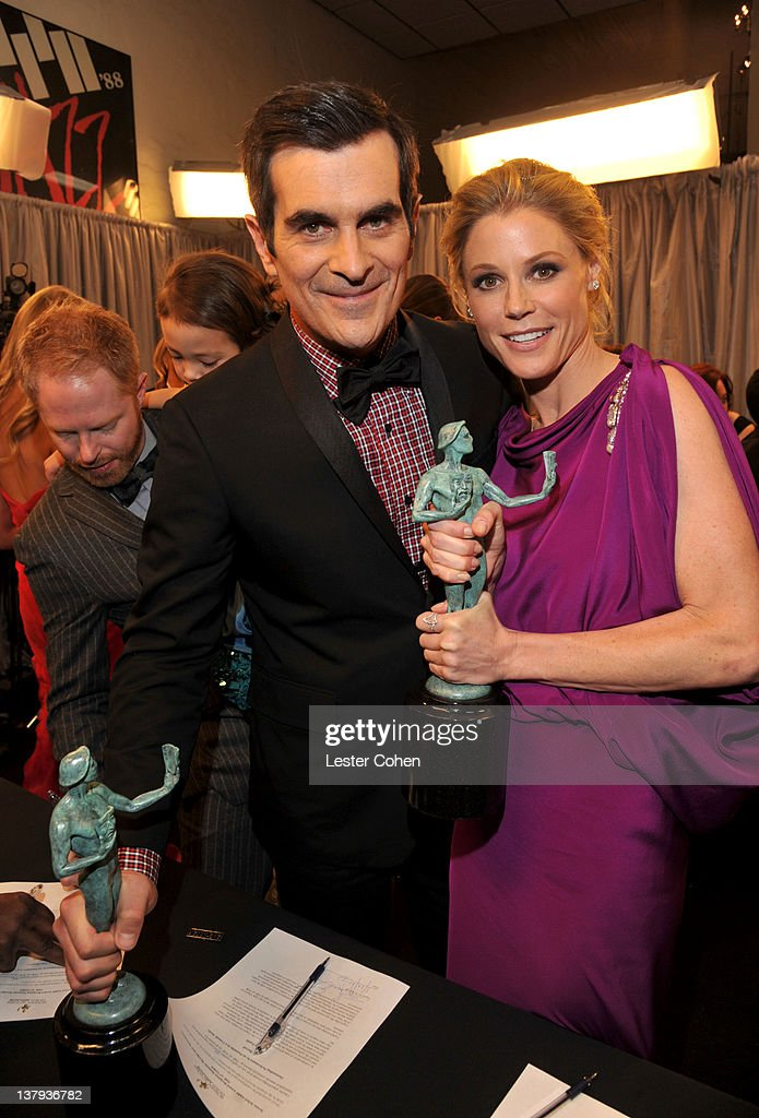 Actors Ty Burrell and Julie Bowen attends The 18th Annual Screen Actors Guild Awards broadcast on TNT/TBS at The Shrine Auditorium on January 29, 2012 in Los Angeles, California. (Photo by Lester Cohen/WireImage) 22005_008_LC_0298.JPG