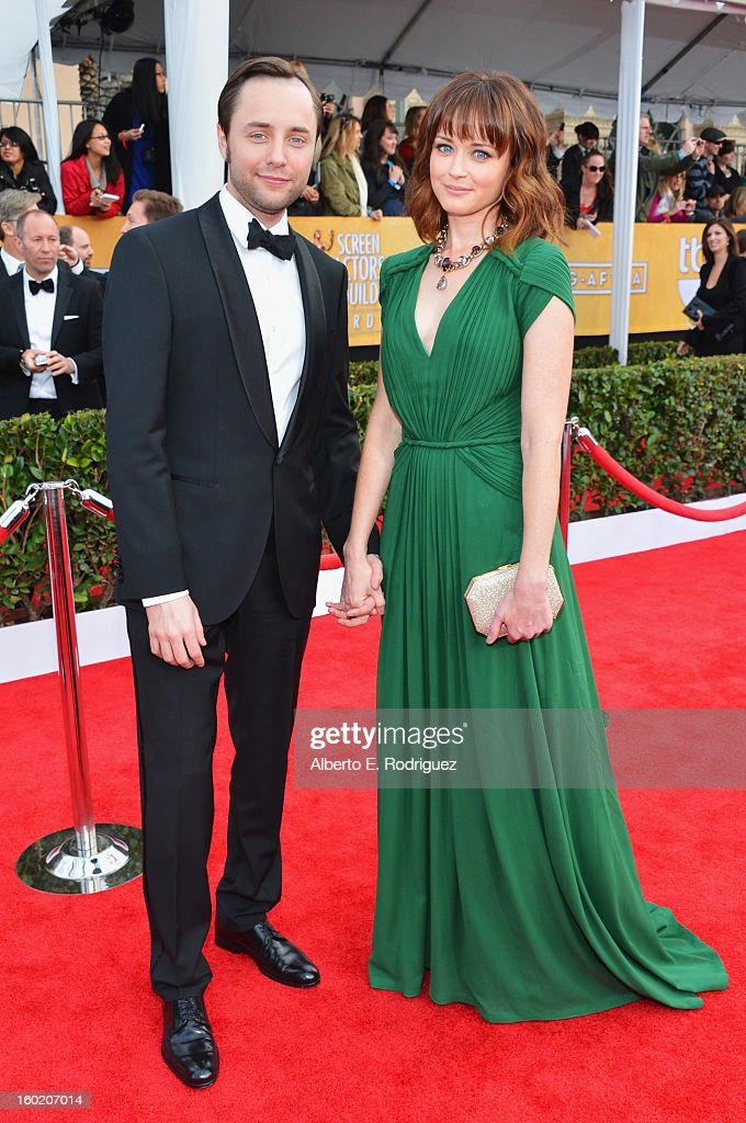 Actors Vincent Kartheiser (L) and Alexis Bledel arrive at the 19th Annual Screen Actors Guild Awards held at The Shrine Auditorium on January 27, 2013 in Los Angeles, California.
