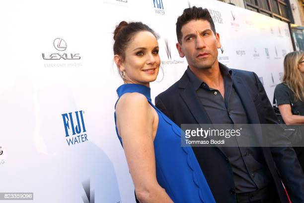 Actos Sarah Wayne Callies and Jon Bernthal attend the 'Wind River' Los Angeles Premiere presented in partnership with FIJI Water at Ace Hotel Los...