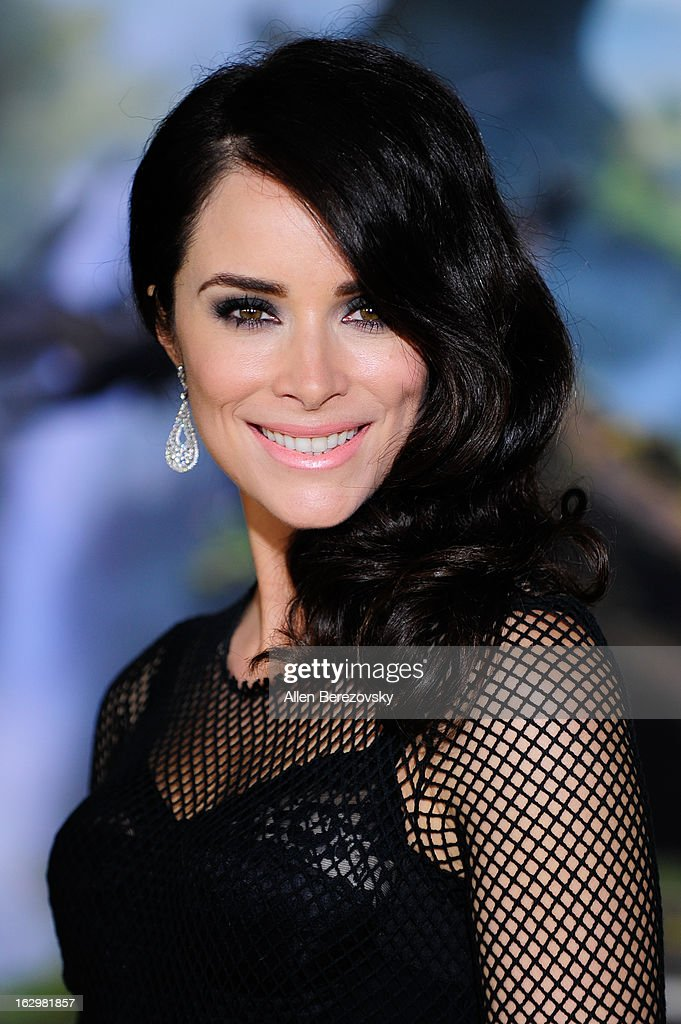 Actress <a gi-track='captionPersonalityLinkClicked' href=/galleries/search?phrase=Abigail+Spencer&family=editorial&specificpeople=748117 ng-click='$event.stopPropagation()'>Abigail Spencer</a> arrives at the Los Angeles Premiere of 'Oz The Great and Powerful' at the El Capitan Theatre on February 13, 2013 in Hollywood, California.