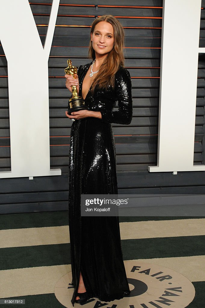 Actress <a gi-track='captionPersonalityLinkClicked' href=/galleries/search?phrase=Alicia+Vikander&family=editorial&specificpeople=7246025 ng-click='$event.stopPropagation()'>Alicia Vikander</a> attends the 2016 Vanity Fair Oscar Party hosted By Graydon Carter at Wallis Annenberg Center for the Performing Arts on February 28, 2016 in Beverly Hills, California.