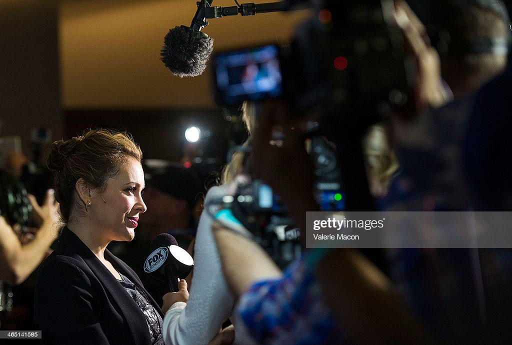 Actress <a gi-track='captionPersonalityLinkClicked' href=/galleries/search?phrase=Alyssa+Milano&family=editorial&specificpeople=203329 ng-click='$event.stopPropagation()'>Alyssa Milano</a> arrives at the 2014 Coors Light NHL Stadium Series Los Angeles at Dodger Stadium on January 25, 2014 in Los Angeles, California.