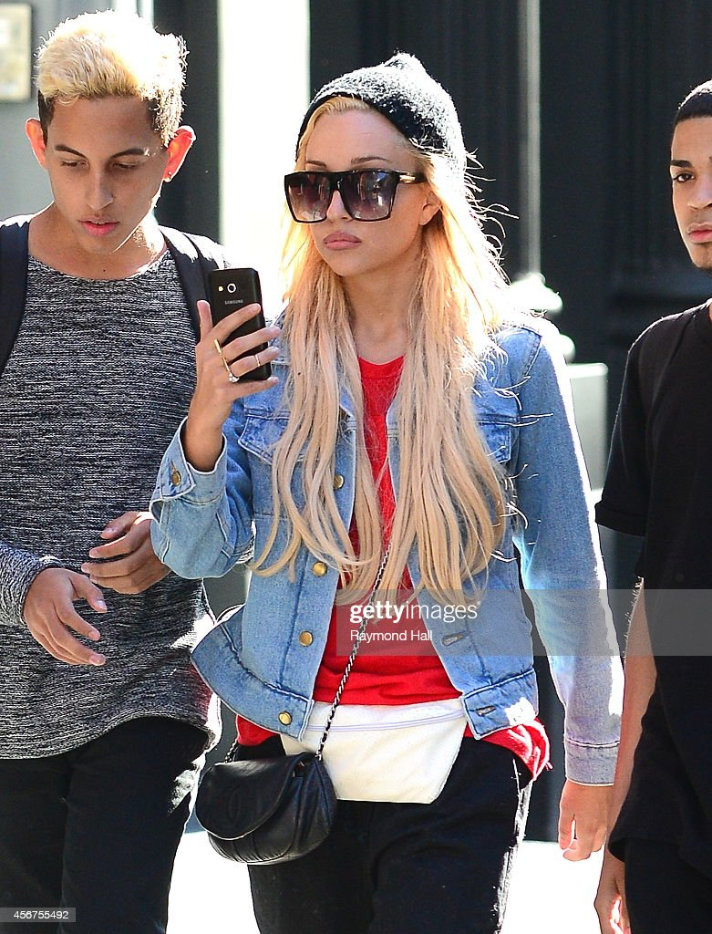 Actress <a gi-track='captionPersonalityLinkClicked' href=/galleries/search?phrase=Amanda+Bynes&family=editorial&specificpeople=201660 ng-click='$event.stopPropagation()'>Amanda Bynes</a> is seen with friends in Soho on October 6, 2014 in New York City.