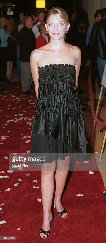 Actress Amanda Detmer arrives at the premiere of 'Kiss the Bride' at the Showcase Regent Theatre October 23, 2002 in Los Angeles, California.