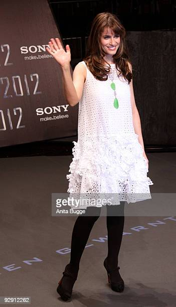 Actress Amanda Peet attends the '2012' germany premiere on November 08 2009 in Berlin Germany