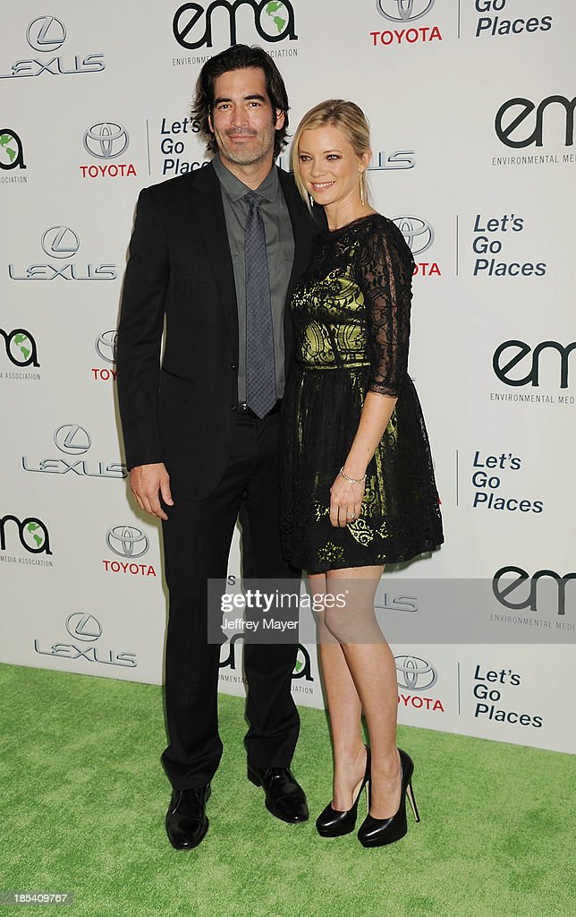 Actress Amy Smart (R) and husband Carter Oosterhouse arrive at the 2013 Environmental Media Awards at Warner Bros. Studios on October 19, 2013 in Burbank, California.