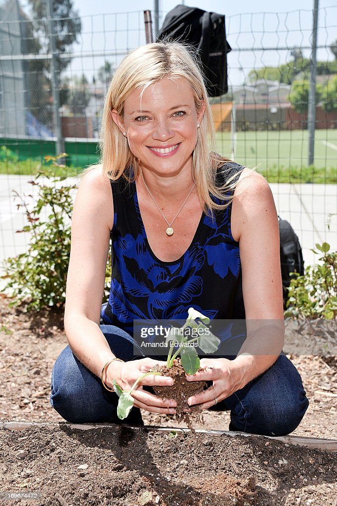 Actress <a gi-track='captionPersonalityLinkClicked' href=/galleries/search?phrase=Amy+Smart&family=editorial&specificpeople=239532 ng-click='$event.stopPropagation()'>Amy Smart</a> and The Environmental Media Association's Young Hollywood Board visit Helen Bernstein High School on May 30, 2013 in Hollywood, California.