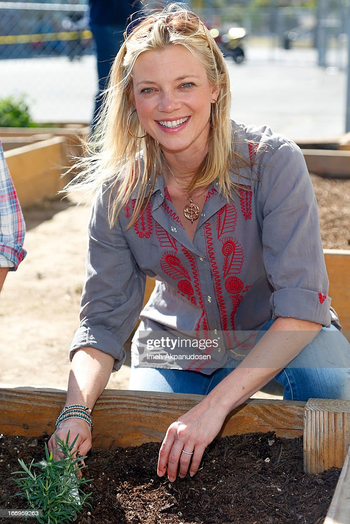 Actress Amy Smart attends the Environmental Media Association's celebration of Earth Day at Cochran Middle School on April 18, 2013 in Los Angeles, California.