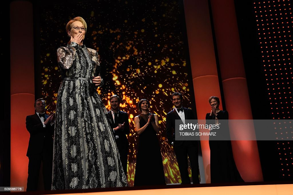 US actress and jury president Meryl Streep blows kisses prior to the film 'Hail, Caesar!' screening as opening film of the 66th Berlinale Film Festival in Berlin on February 11, 2016. Eighteen pictures will vie for the Golden Bear top prize at the event which runs from February 11 to 21, 2016. / AFP / TOBIAS SCHWARZ