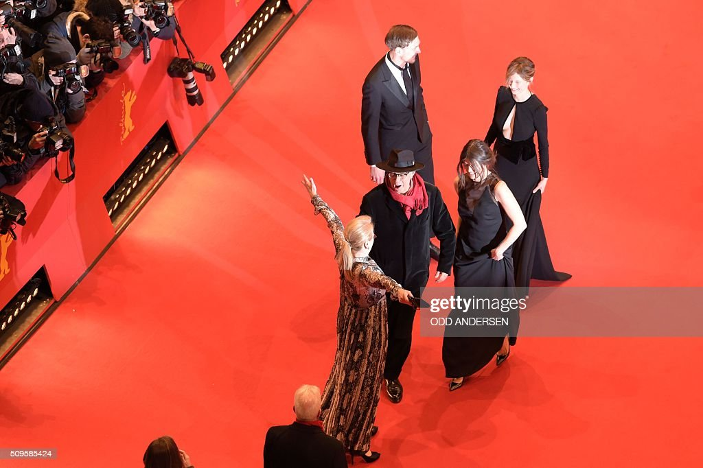 US actress and jury president Meryl Streep (L) greets festival director Dieter Kosslick (C-L) and Polish film maker and jury member Malgorzata Szumowska (C-R), Italian actress and jury member Alba Rohrwacher (back R) on the red carpet ahead of the film 'Hail, Caesar!' screening as opening film of the 66th Berlinale Film Festival in Berlin on February 11, 2016. / AFP / ODD ANDERSEN