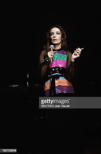 Actress And Singer Marie Laforet En décembre 1971 l'actrice et chanteuse Marie LAFORET vêtue d'un haut à rayures multicolores pose avec un micro dans...