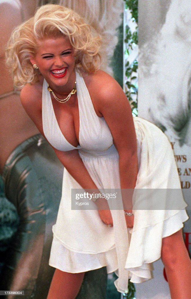 Actress <a gi-track='captionPersonalityLinkClicked' href=/galleries/search?phrase=Anna+Nicole+Smith&family=editorial&specificpeople=156420 ng-click='$event.stopPropagation()'>Anna Nicole Smith</a> (1967 - 2007) poses as Marilyn Monroe in 'The Seven Year Itch', circa 1993.