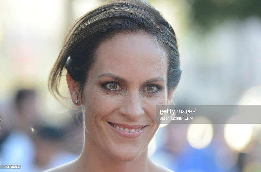 Actress <a gi-track='captionPersonalityLinkClicked' href=/galleries/search?phrase=Annabeth+Gish&family=editorial&specificpeople=549650 ng-click='$event.stopPropagation()'>Annabeth Gish</a> arrives at the series premiere of FX's 'The Bridge' at the DGA Theater on July 8, 2013 in Los Angeles, California.
