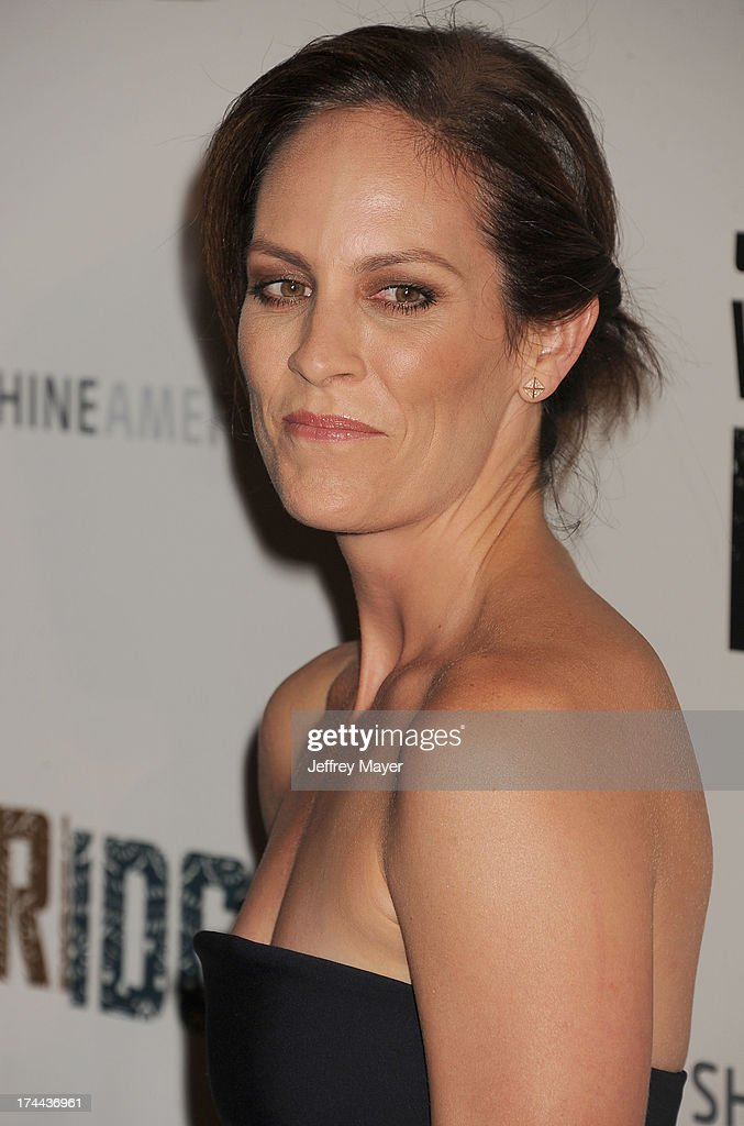 Actress <a gi-track='captionPersonalityLinkClicked' href=/galleries/search?phrase=Annabeth+Gish&family=editorial&specificpeople=549650 ng-click='$event.stopPropagation()'>Annabeth Gish</a> arrives at the Series Premiere Of FX's 'The Bridge' at DGA Theater on July 8, 2013 in Los Angeles, California.