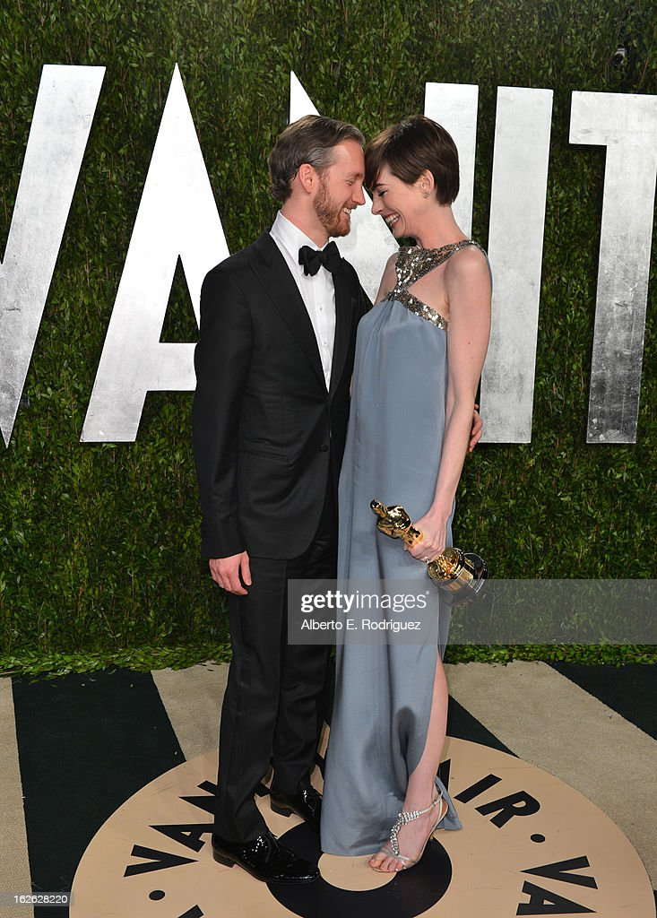 Actress Anne Hathaway (R) and Adam Shulman arrives at the 2013 Vanity Fair Oscar Party hosted by Graydon Carter at Sunset Tower on February 24, 2013 in West Hollywood, California.