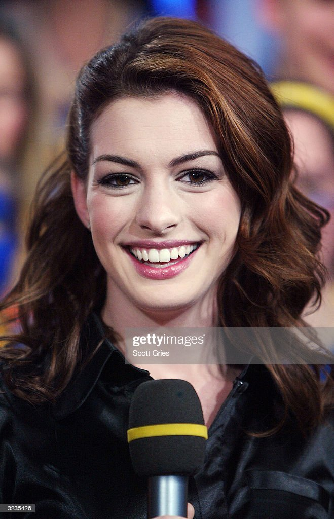 trl with anne hathaway and nick lachey getty images