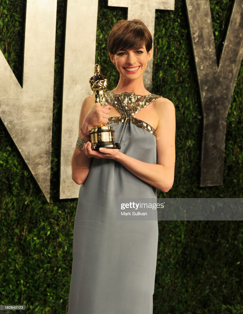 Actress <a gi-track='captionPersonalityLinkClicked' href=/galleries/search?phrase=Anne+Hathaway+-+Schauspielerin&family=editorial&specificpeople=11647173 ng-click='$event.stopPropagation()'>Anne Hathaway</a> arrives at the 2013 Vanity Fair Oscar Party at Sunset Tower on February 24, 2013 in West Hollywood, California.