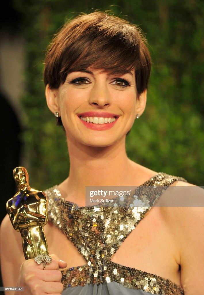 Actress <a gi-track='captionPersonalityLinkClicked' href=/galleries/search?phrase=Anne+Hathaway+-+Sk%C3%A5despelerska&family=editorial&specificpeople=11647173 ng-click='$event.stopPropagation()'>Anne Hathaway</a> arrives at the 2013 Vanity Fair Oscar Party at Sunset Tower on February 24, 2013 in West Hollywood, California.