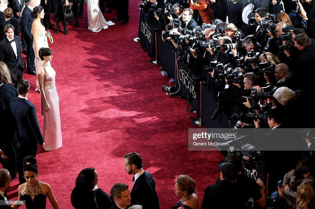 Actress <a gi-track='captionPersonalityLinkClicked' href=/galleries/search?phrase=Anne+Hathaway+-+Atriz&family=editorial&specificpeople=11647173 ng-click='$event.stopPropagation()'>Anne Hathaway</a> arrives at the Oscars held at Hollywood & Highland Center on February 24, 2013 in Hollywood, California.